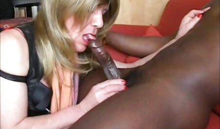 Silvie Deluxe kostenlose tittenpornos spielt mit sich selbst auf der Couch